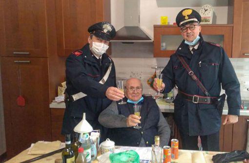 94-jähriger Italiener ruft die Polizei für Prosit