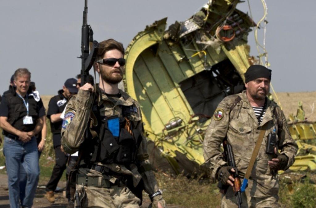 Prorussische Separatisten an der Absturzstelle: haben sie die Malaysia-Airlines-Maschine vom Himmel geholt? Foto: AP