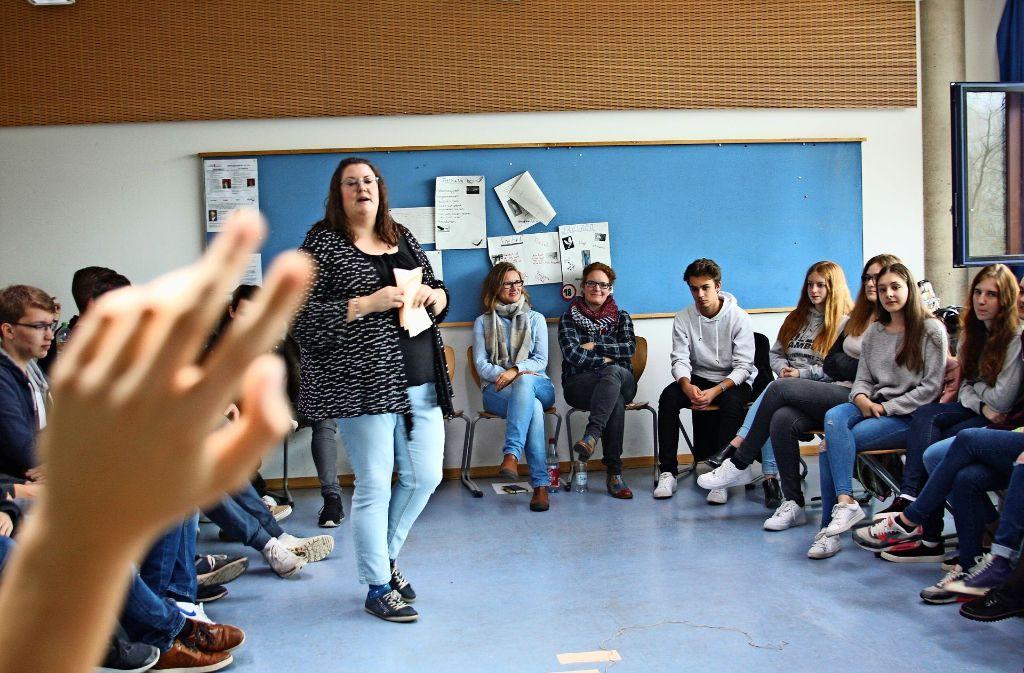 Charlotte Fricke erzählt den Schülern  von dem KZ-Überlebenden Rolf Abrahamson Foto: Alessa Becker