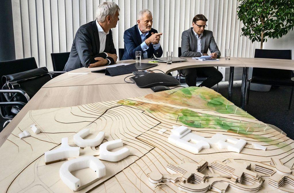 Dirk Wittkopp und Peter Beuke von IBM und Andreas Zimmermann (v. l) von Development Partners erklären die Pläne. Foto: factum/Weise