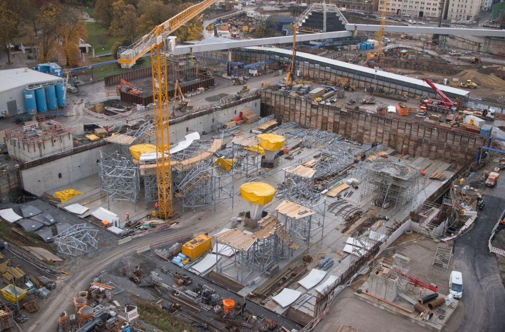 Im Schlossgarten wird am neuen Hauptbahnhof gebaut. Die mit gelber Folie abgedeckten, erst zum Teil vollendeten Stützen, tragen das Dach. Foto: dpa