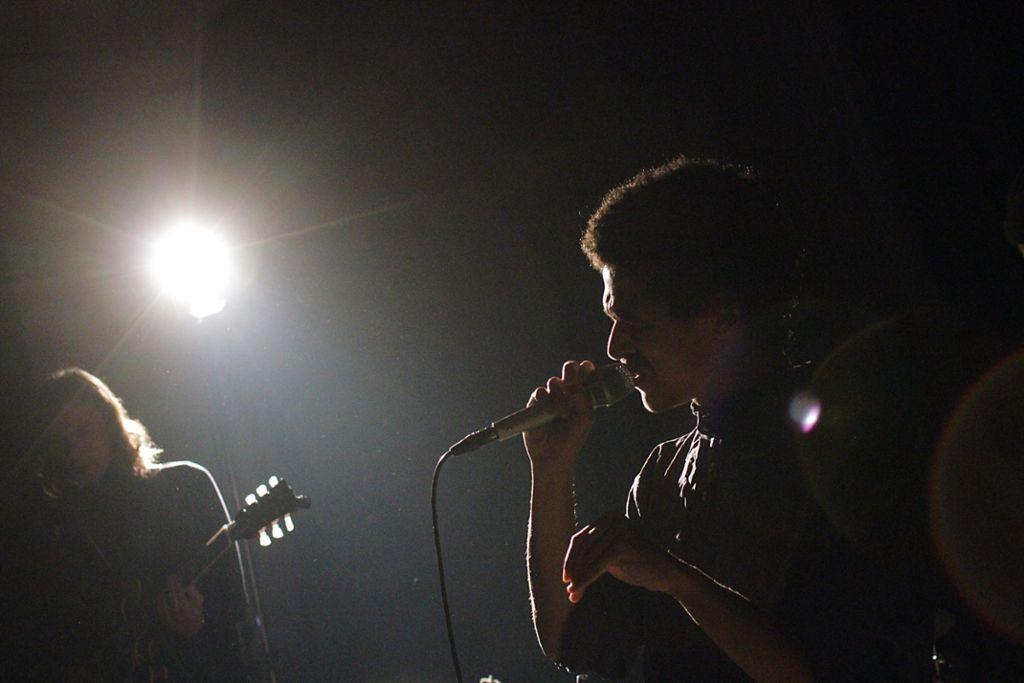 Liegt es auch am Licht, dass Noah Kwaku beim Releasekonzert in der Rakete in Stuttgart klingt wie Soulsänger aus den Sechzigern? Weitere Bilder in der Fotostrecke. Foto: Jan Georg Plavec