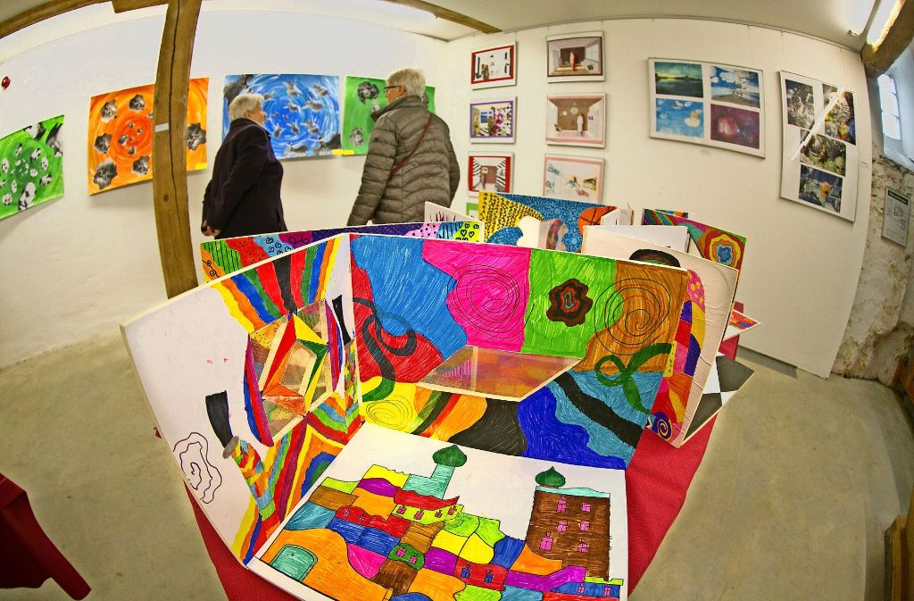 Sinn für Farbe und Formen zeigen die Schülerarbeiten, die in der Kulturmühle Rechberghausen zu sehen sind. Foto: Horst Rudel