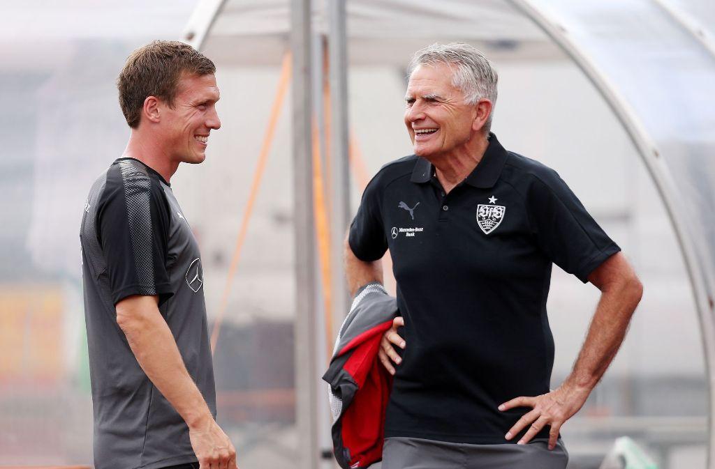 Gut gelaunt in die neue Saison. Hannes Wolf (links) hat seinen Vertrag beim VfB Stuttgart verlängert. Das freut auch Präsident Wolfgang Dietrich. Foto: Pressefoto Baumann