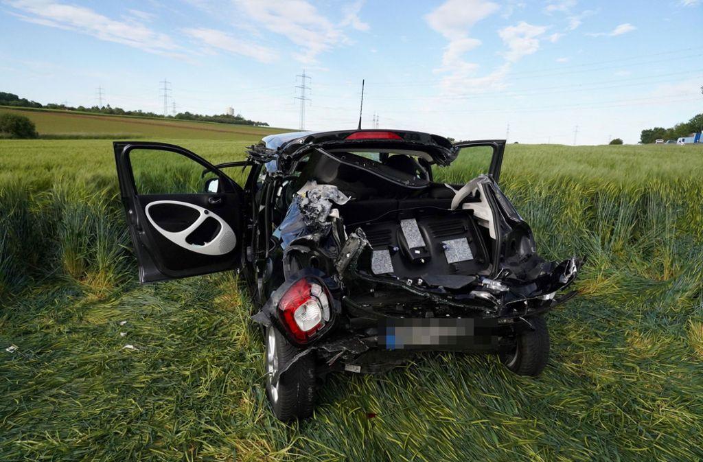 Die 58-jährige Smartfahrerin muss aus ihrem Wagen von der Feuerwehr gerettet werden. Foto: Andreas Rosar /Andreas Rosar