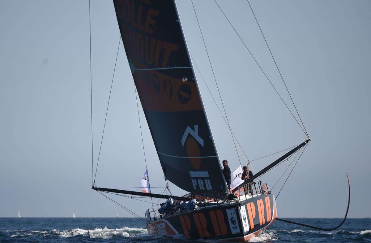 """Hier fährt sie noch. Der Segler Kevin Escoffier hat mit seiner Jacht """"PRB"""" bei der Vendée Globe Schiffbruch erlitten und konnte  in einer dramatischen Aktion gerettet werden. Foto: AFP/JEAN-FRANCOIS MONIER"""