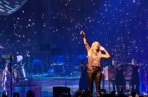 Sängerin streckt der AfD beide Mittelfinger entgegen