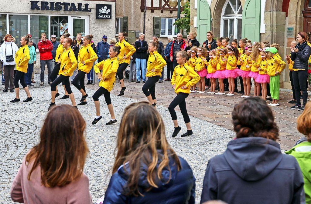 Die Tänzerinnen der Renninger Schlüsselgesellschaft  sorgen  für  Farbtupfer  und  flotte Rhythmen beim verkaufsoffenen  Sonntag in der  Rankbachstadt. Foto: factum/Granville