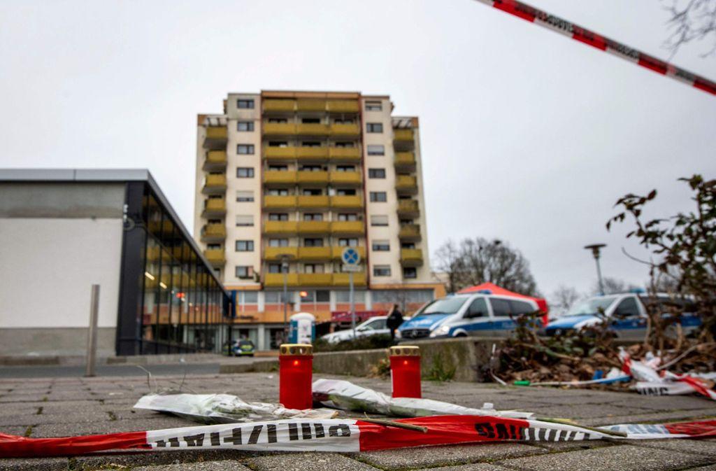 In Hanau bei Frankfurt erschoss ein Deutscher am Mittwochabend zehn Menschen und sich selbst. In der Nähe des Tatorts wurden Blumen und Kerzen abgelegt. Foto: AFP/THOMAS LOHNES
