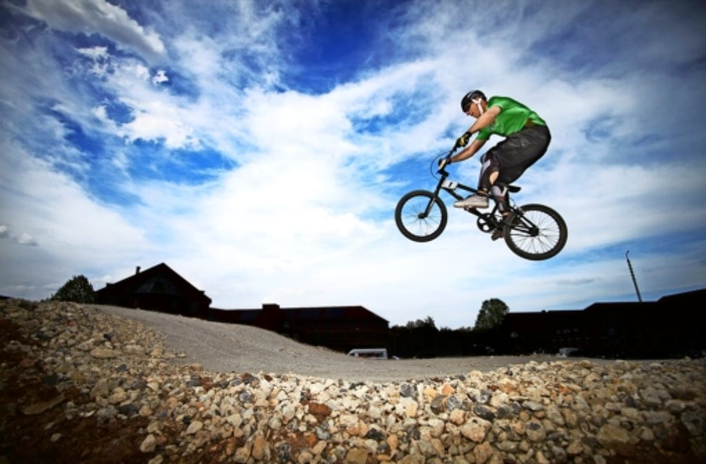 Im Neckarpark können Radbegeisterte sich bereits mit ihren Bikes auf einem sogenannten Pumptrack austoben. Foto: Heinz Heiss