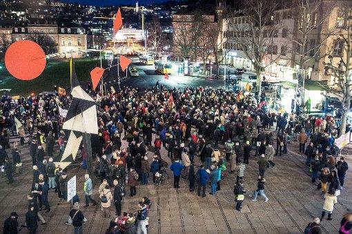 Am Montagabend haben sich die Gegner von Stuttgart 21 auf dem Schlossplatz zur 258. Montagsdemo versammelt - genau fünf Jahre nach dem symbolischen Baubeginn des umstrittenen Milliardenprojekts. Foto: www.7aktuell.de | Florian Gerlach