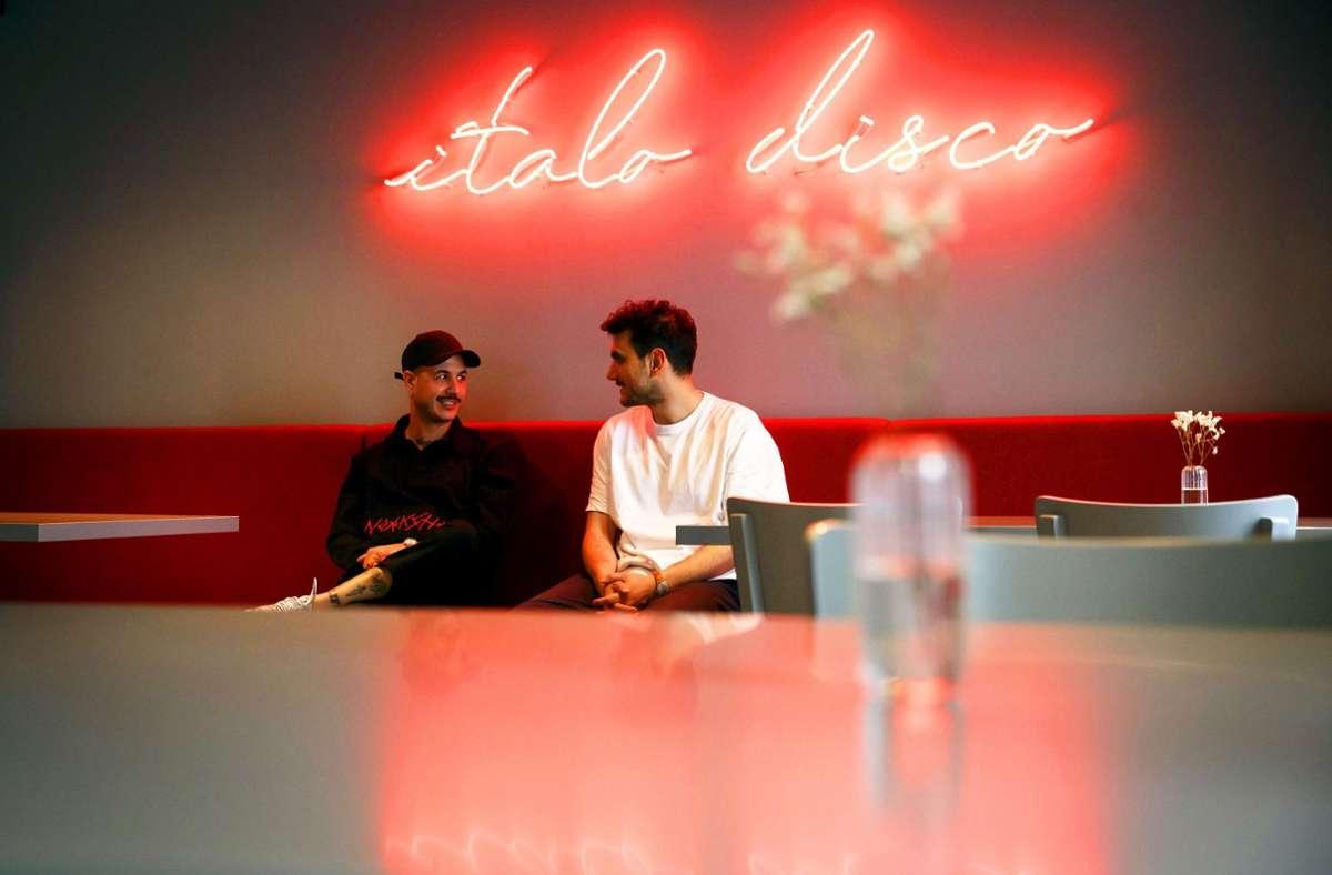 Daniele Linciano (li.) und Sonur Özay in der Italo Disco. Foto: Lichtgut/Julian Rettig