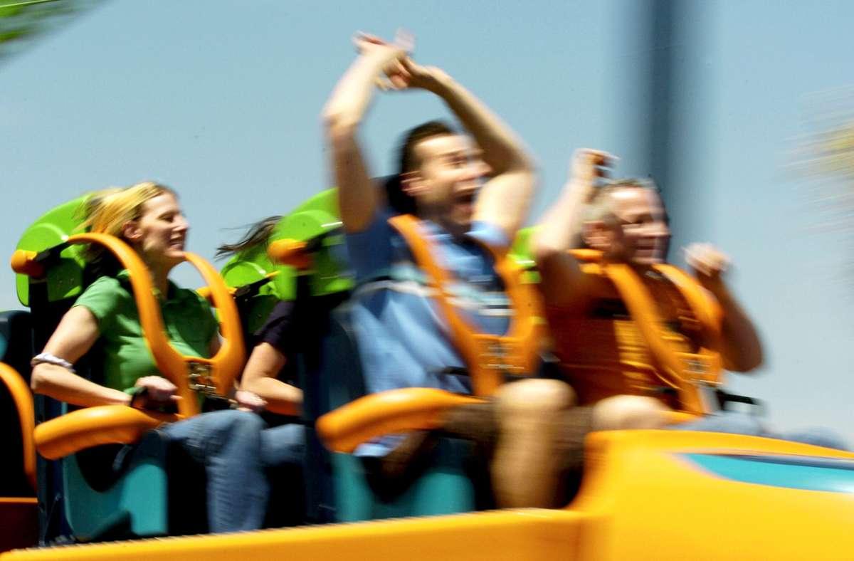 Erst geht's steil rauf und dann rasant runter: Viele Menschen genießen die Angstlust beim Achterbahn. Foto: AFP/Stan Honda