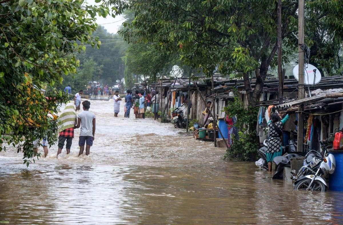 In der Millionenstadt Hyderabad stehen die Straßen unter Wasser. Foto: AFP/NOAH SEELAM
