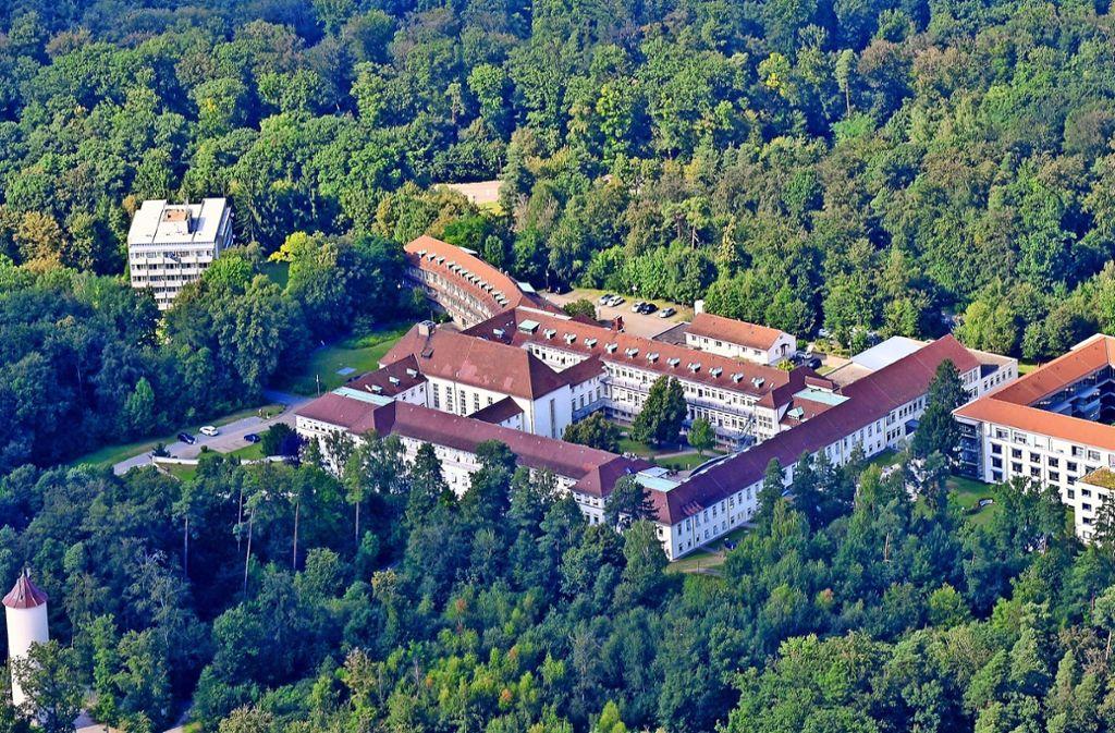 Das historische Gebäude der Lungenfachklinik Schillerhöhe ist heute Bestandteil eines modernen Komplexes. Foto: Werner Kuhnle