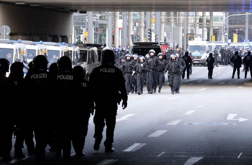 Die Polizei war mit einem Großaufgebot vor Ort. Foto: dpa/Sebastian Willnow