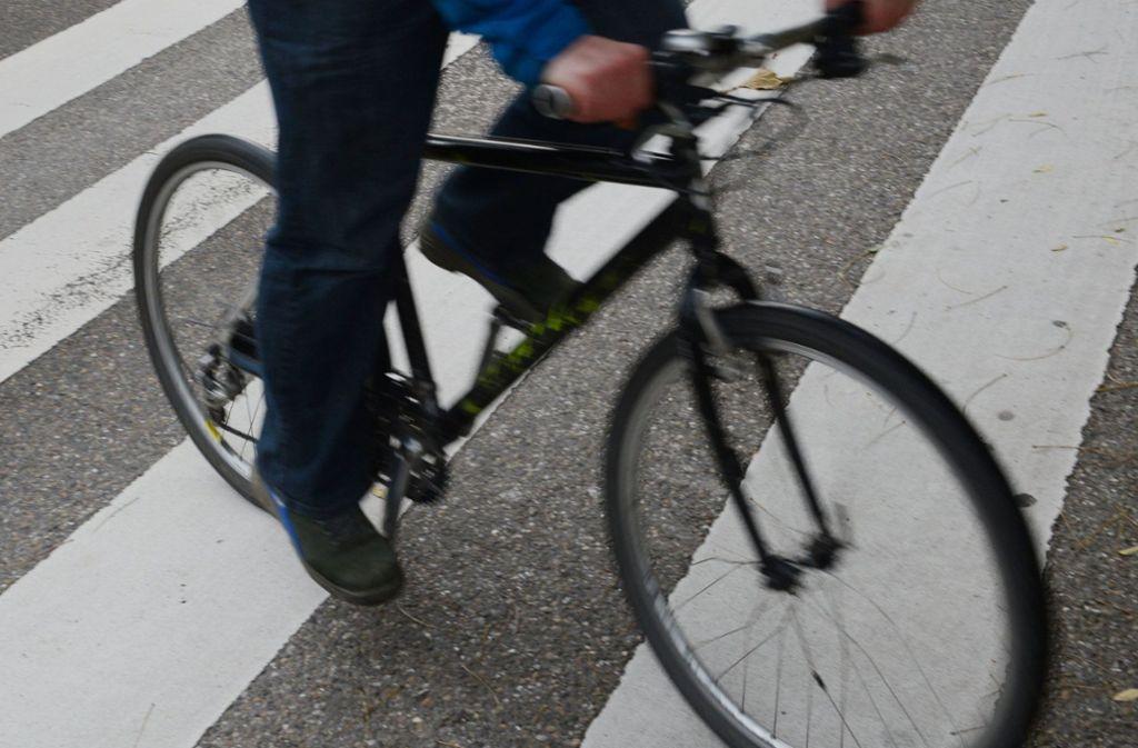 Der Hund biss den vorbei fahrenden Radler unvermittelt ins Bein. (Symbolbild) Foto: dpa/Franziska Kraufmann