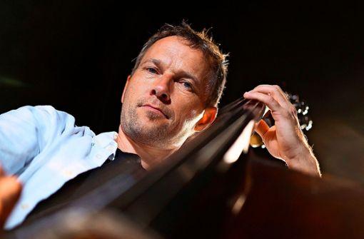 Der Bassist Kurt Holzkämper tritt im Rahmen der Theaterhaus Jazztage auf.