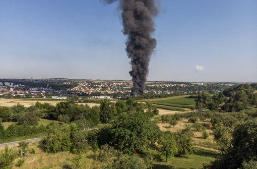 Fahrzeughalle mit 100 Schrottautos brennt nieder