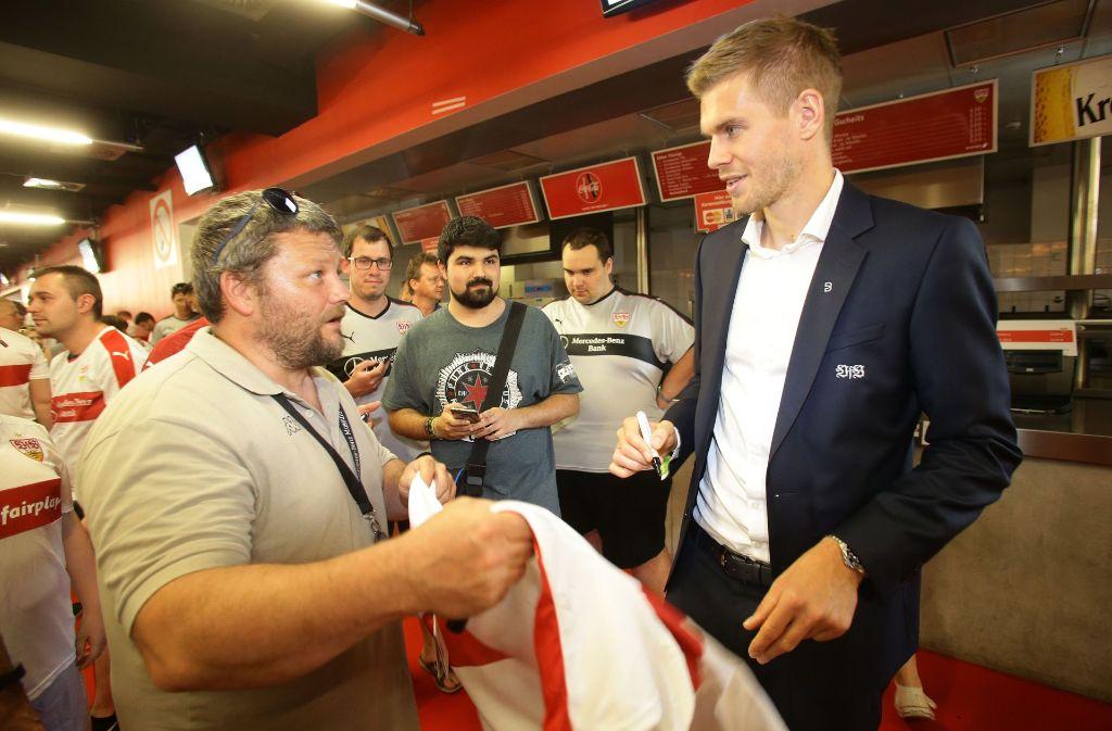 VfB-Profi Simon Terodde vor der Mitgliederversammlung beim Autogramme-Schreiben. Foto: Pressefoto Baumann