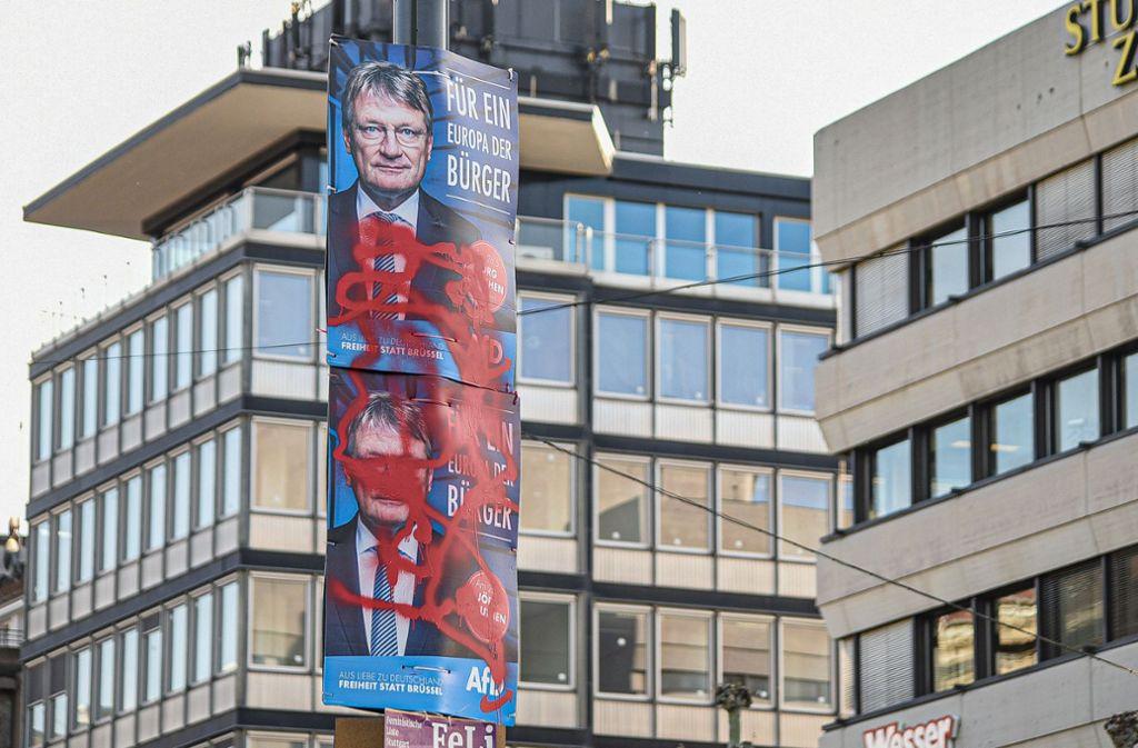 Beschädigte AfD-Plakate am Schlossplatz. Das genaue Ausmaß der Aktion ist noch unbekannt. Foto: 7aktuell.de