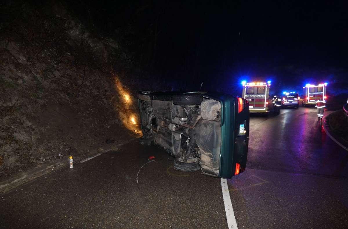 Ein Wagen kam in Erkenbrechtsweiler ohne Fremdeinwirkung von der Fahrbahn ab und blieb auf der Seite liegen. Foto: SDMG/SDMG / Kullen