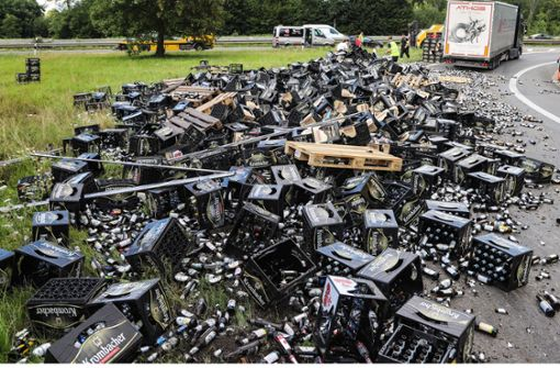 Lastwagen verliert Bierkästen auf der Autobahn