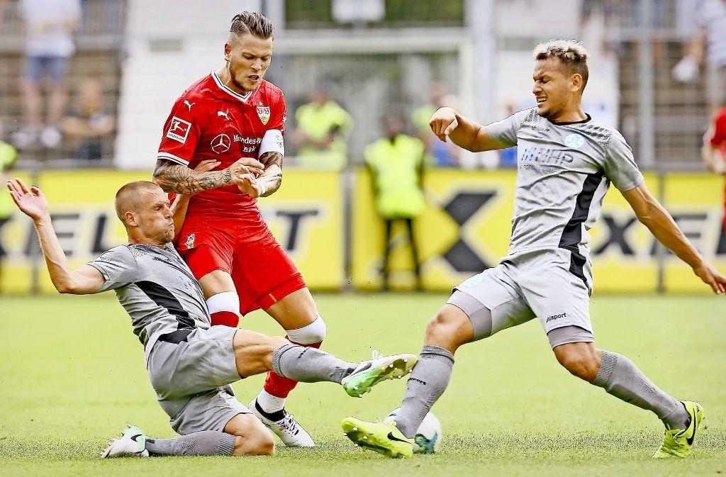 Winkt ein Einsatz in der Anfangsformation: David Müller (li.) und Alwin Komolong, die auch im Testderby gegen den VfB Stuttgart (hier im Zweikampf mit Daniel Gincezk) ein gutes Spiel machten. Foto: Baumann