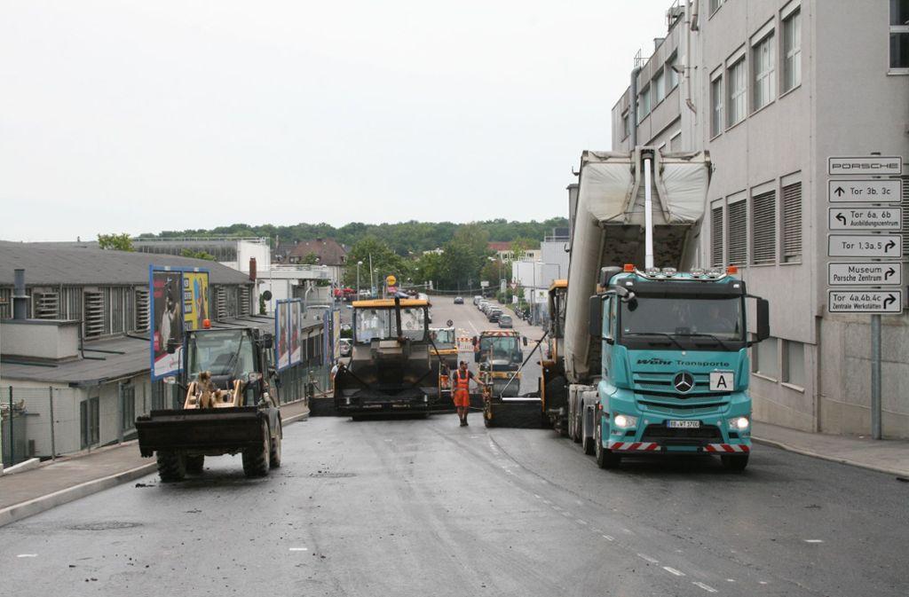 Am Freitag ist der neue Asphalt aufgetragen worden. Foto: Torsten Ströbele