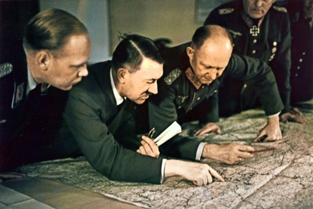 Die Lagebesprechungen wurden zum letzten Reservat des politischen Aufführungskünstlers Hitler. Foto: dpa, Ullstein Bild