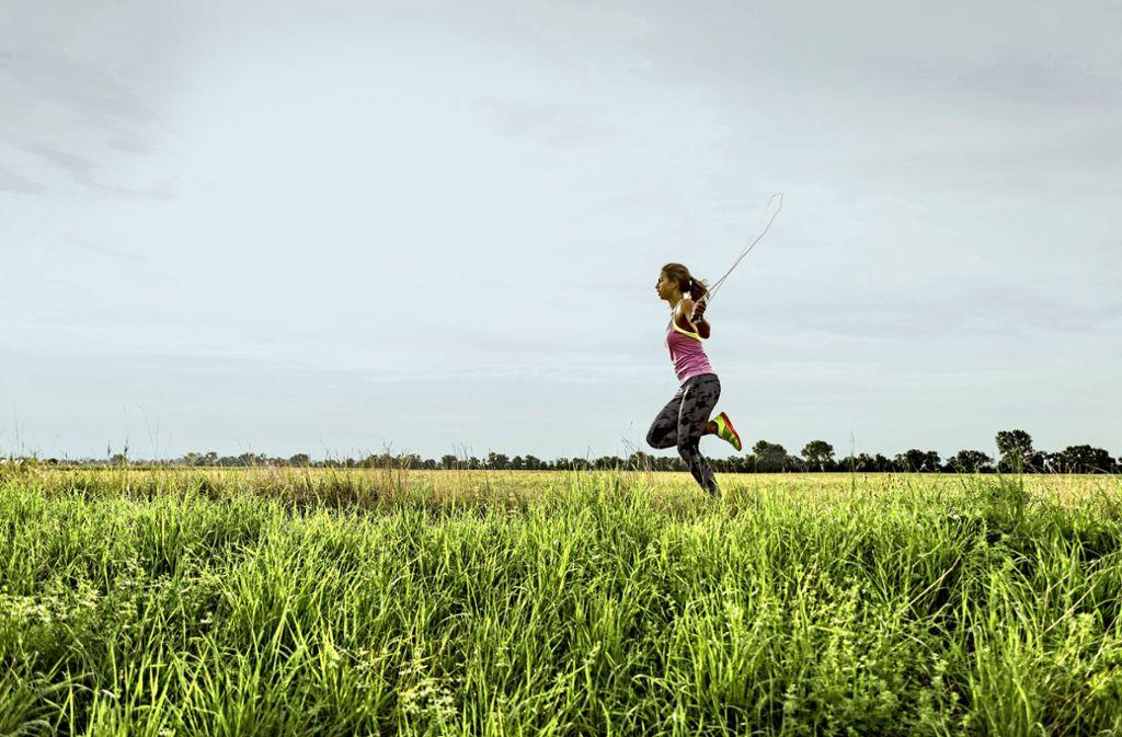 Ob im Haus oder an der frischen Luft – Sport ist wichtig. Foto: imago//stock&people