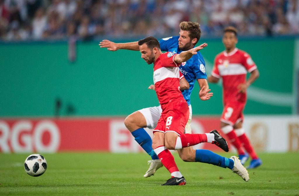 Gonzalo Castro und der VfB Stuttgart unterlagen im Vorjahr in der ersten Pokalrunde an der Ostsee bei Hansa Rostock mit 0:2. Foto: Baumann