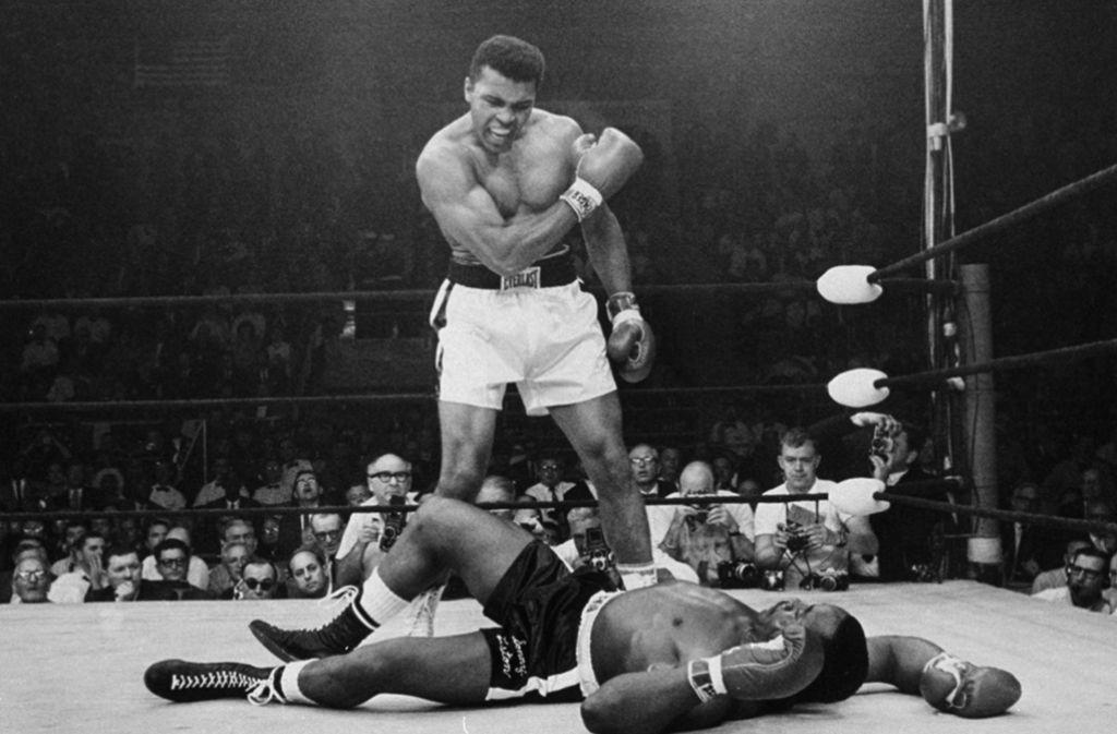 Obenauf: Muhammad Ali schlägt Sonny Liston K. o. Foto: