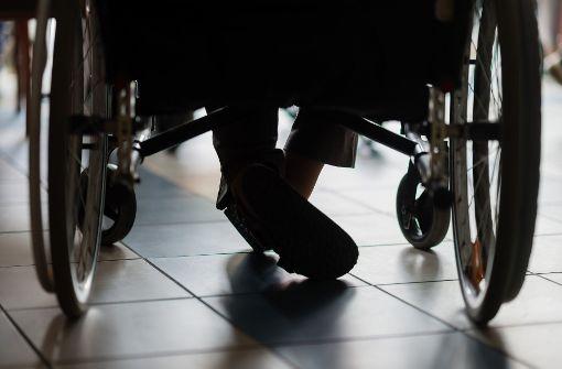 Seniorin stürzt mit Rollstuhl - und attackiert Helfer