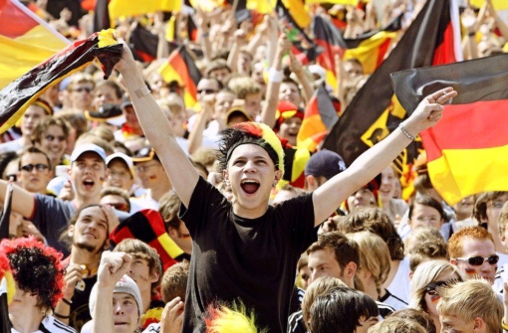 Grölende Fans gehören zum Fußball wie Rasen und Ball. Doch manch ein EM-Song ist einfach zu viel des Guten. Foto: dpa