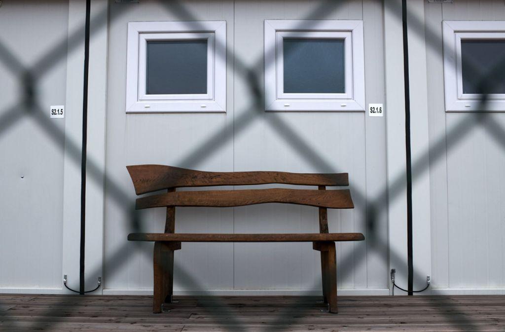 Erst durch ein Polizeiaufgebot konnte die Unterkunft in Stuttgart-Birkach damals geräumt werden. Denn die Flüchtlinge wollten nicht in Container umziehen. Foto: dpa/Bernd von Jutrczenka