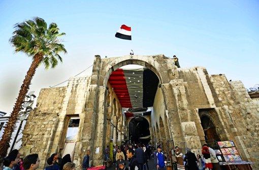 In Damaskus wird auf Geheiß der Regierung die Fahne über dem Bazar gehißt. Foto: dpa