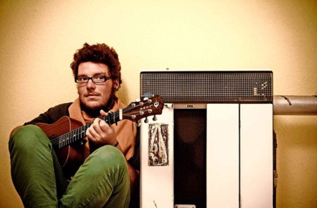 Tobias Dellit und seine Gitarre. Ein Leben ohne Musik: unvorstellbar für ihn. Und so gibt er weiter Konzerte, in großem und kleinem Rahmen. Manchmal laut, manchmal leise – aber immer mit selbst geschriebenen Texten. Foto: z