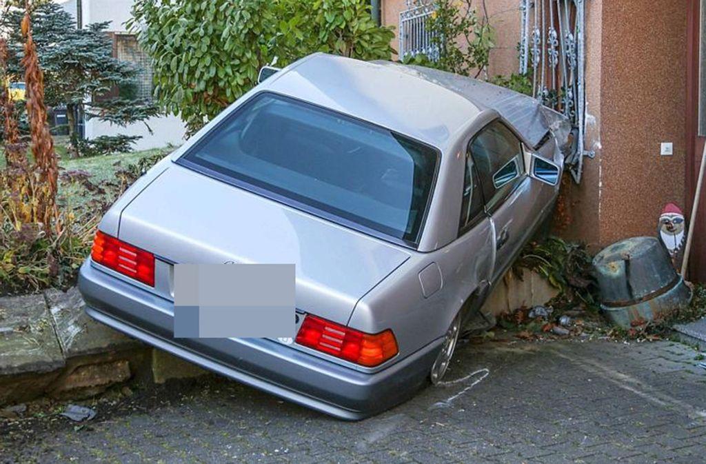 Das Auto der 80-Jährigen landete in einer Hauswand. Foto: 7aktuell.de//Zambito