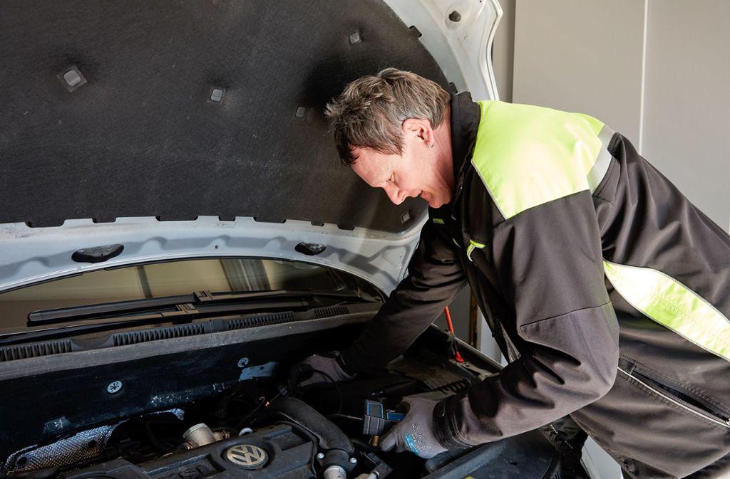 An der Waiblinger Rundsporthalle checkt der ADAC Bremskraft, Stoßdämpfer und Batterie von Fahrzeugen. Foto: Matthias Schmiedel