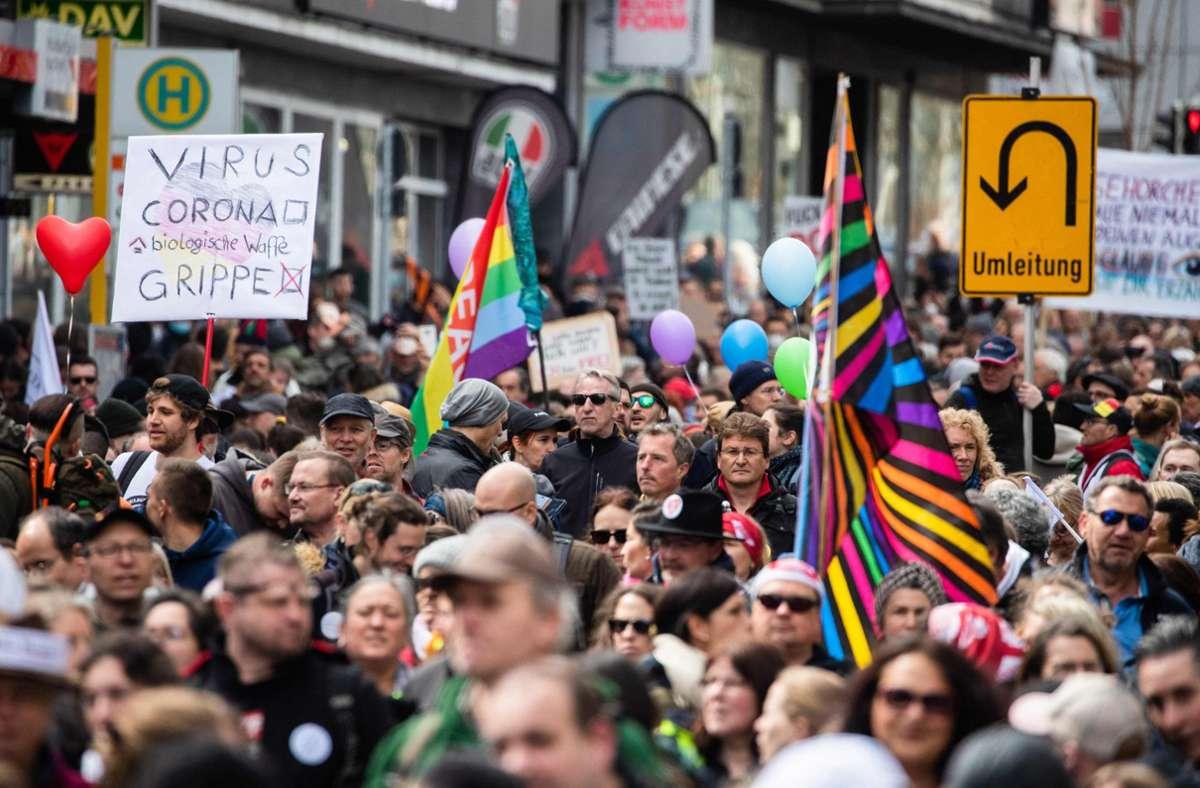 In der Kritik: Die Corona-Demo in Stuttgart Foto: AFP/CHRISTOPH SCHMIDT
