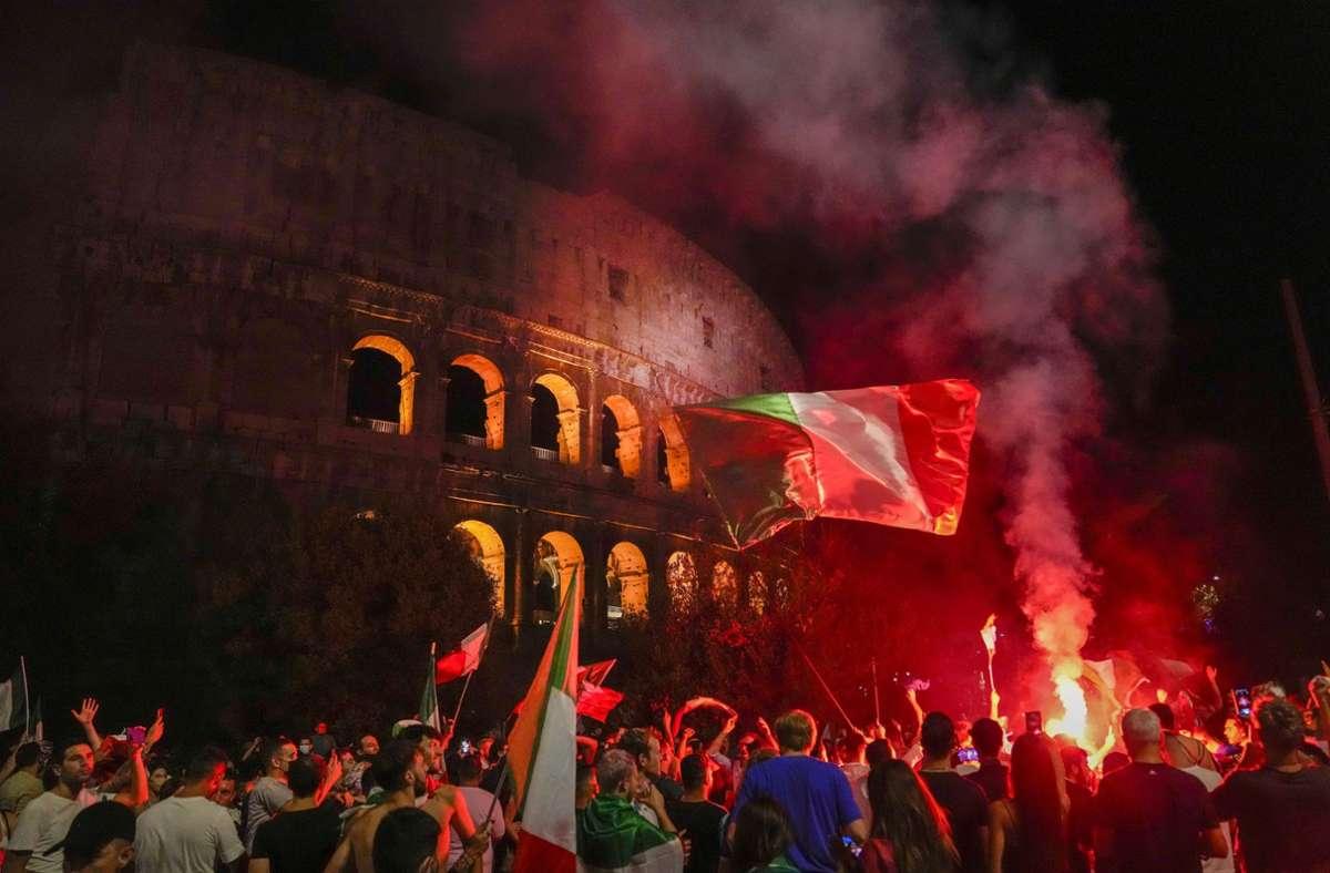 Italienische Fans feiern vor dem Kolosseum. Foto: dpa/Alessandra Tarantino