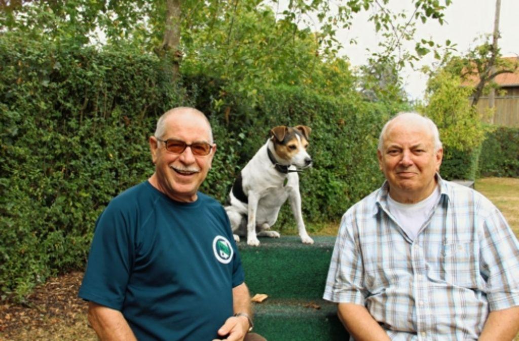 Hund und Mensch einträchtig nebeneinander: Dieter Kupsch (rechts), Ludwig Bell und sein Jack-Russel-Terrier Felix. Foto: Bernd Zeyer
