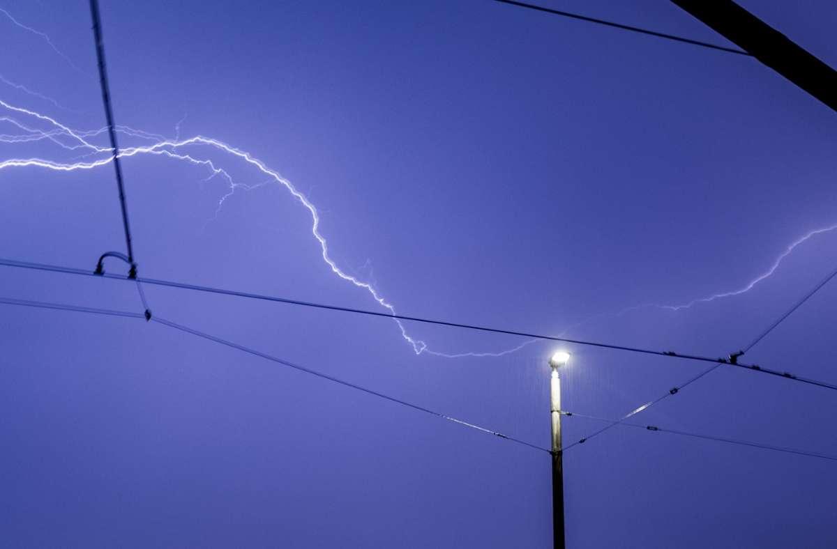 Gewitter im Anmarsch: Am Nachmittag ziehen von Westen her Unwetter mit Starkregen übers Land. Foto: dpa/Marcel Kusch
