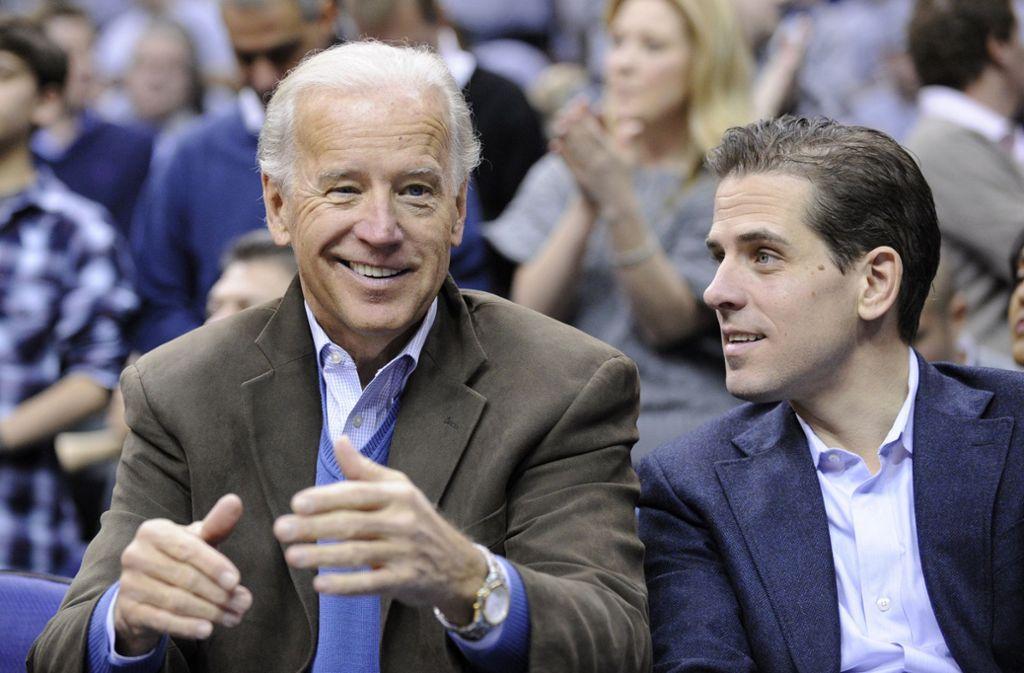 Joe Biden und sein Sohn Hunter. Zu dessen Arbeit in der Ukraine hatte ein Mann in Iowa Fragen. Foto: AP/Nick Wass