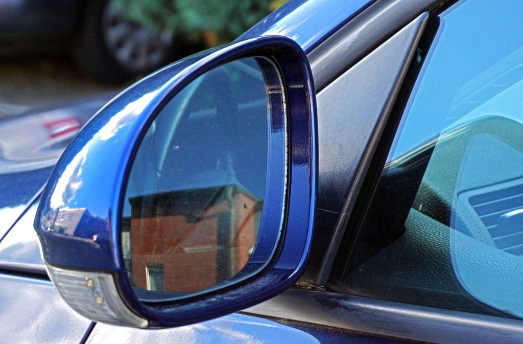 Diebe haben in Stuttgart-Stammheim die Spiegelgläser der Außenspiegel entwendet. (Symbolbild) Foto: imago images / Gottfried Czepluch/Gottfried Czepluch