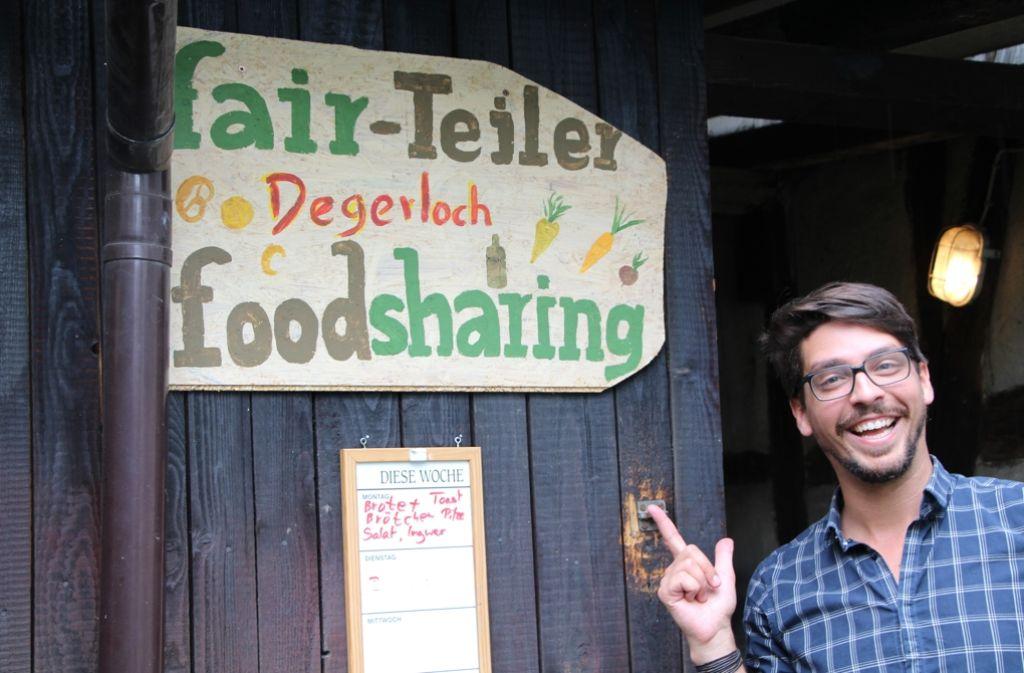 Philipp Backhaus kümmert sich mit seinen Mitbewohnern um den Degerlocher Fair-Teiler an der Löwenstraße 54. Foto: Eveline Blohmer