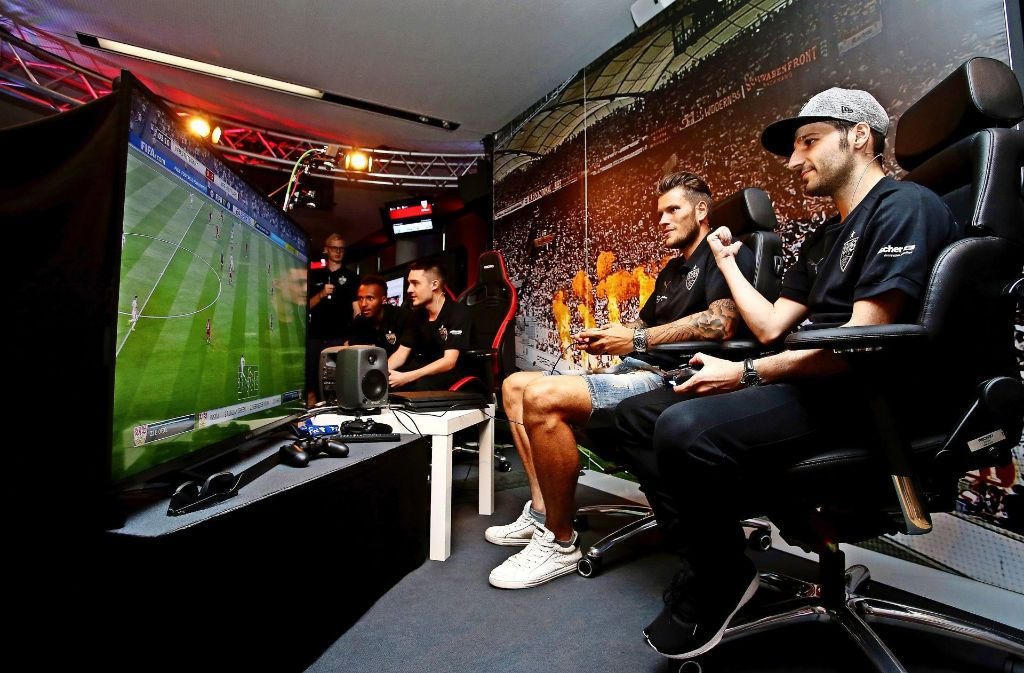 Bei der Präsentation des neuen E-Sport-Teams mischte auch Daniel Ginczek (Mi.) aus der realen VfB-Mannschaft mit. Foto: Baumann