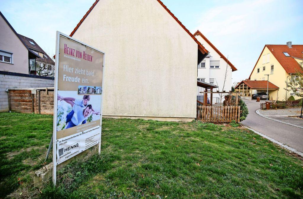 Die  für die zweite  Doppelhaushälfte  vorgesehene Fläche in der Ortsmitte liegt seit mehr als zehn Jahren brach. Der Rat genehmigte jetzt eine  verdichtete Bebauung. Foto: factum/Granville