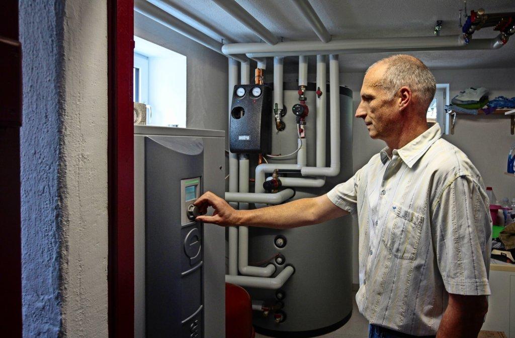 Rainer Schwab stellt ein, wie viel  der Wärme er aus 120 Metern Tiefe haben will. Foto: factum/Granville